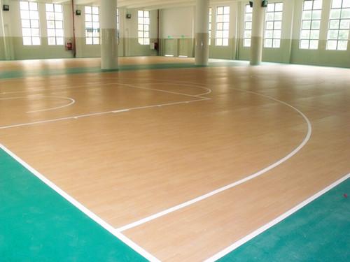 悬浮地板篮球场:悬浮拼装地板为可拆卸移动式场地,场地效果